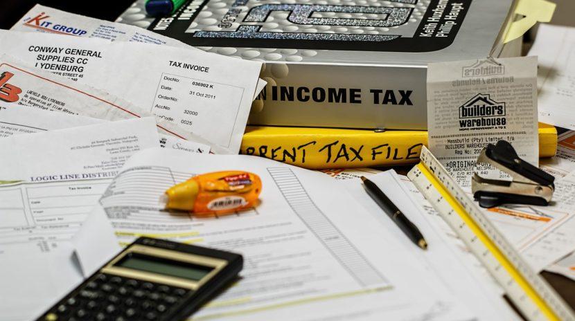 illustration impôts calculatrice et dossiers